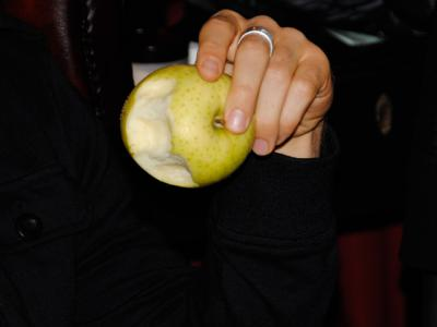 リンゴ丸かじり